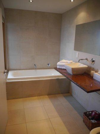 Curio Bay Accommodation : Bath in Beachhouse Apartment