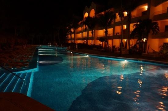 Excellence Riviera Cancun : lazy river at night