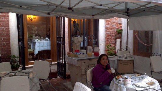 Hotel Al Ponte Mocenigo : Enjoying breakfast outside