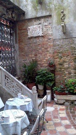 Hotel Al Ponte Mocenigo : Partial view of the courtyard