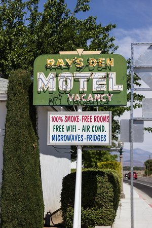 Ray's Den Motel: Look for this sign and you're all good!