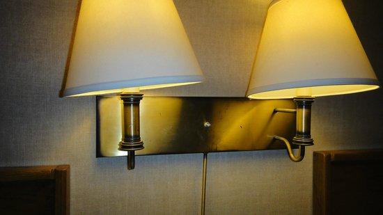 Quality Inn : Colata di sporco tra le lampade