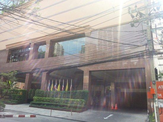 Rembrandt Hotel Bangkok : Hotel entrance