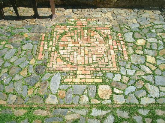 Apartamentos Rurales Leonor de Aquitania: Tapiz en el patio