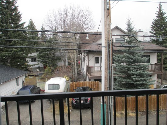 Days Inn Canmore: View from room 207 (rear of hotel)