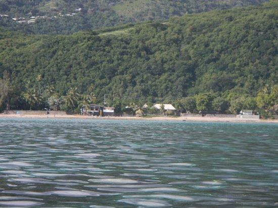 Pension de la Plage Tahiti : vue de la plage prise à partir du lagon sur un kayak