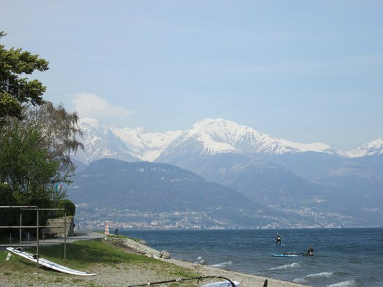 Hotel Lumin: Andando na praia em frente - vista do lago e dos Alpes
