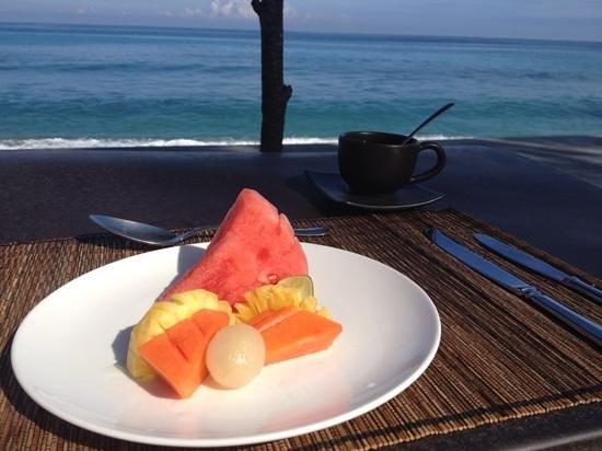 Qunci Villas Hotel: Frokost med utsikt mot havet