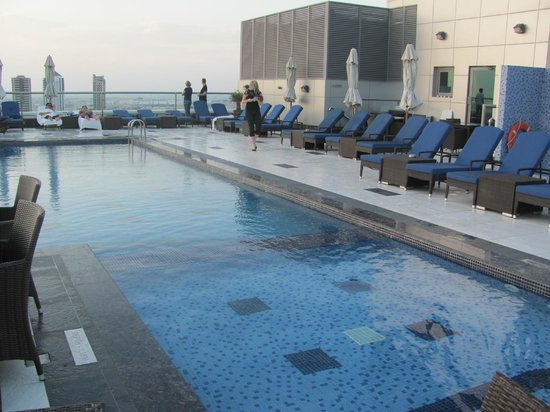 Park Regis Kris Kin Hotel: Roof top pool