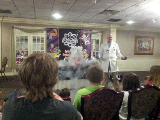 John Carver Inn & Spa: This was the Mad Science show the second evening of our stay