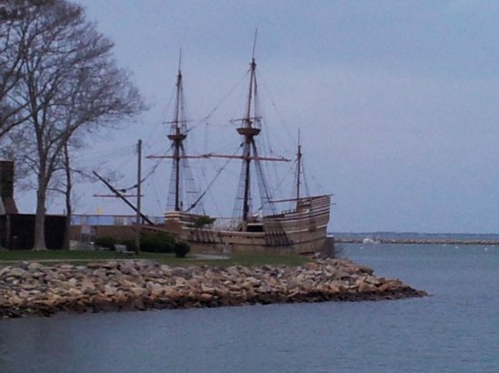 John Carver Inn & Spa: After leaving Brewster park right across the street is the ocean, Plymouth Rock & Mayflower II!