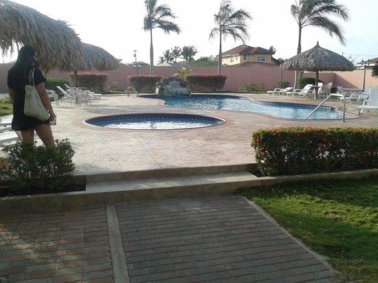 Sasaki Apartments: area de piscina