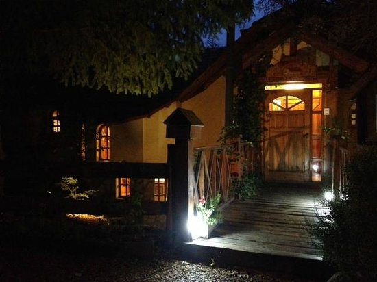 Posada Ruca Laufquen: La entrada de la posada, de noche