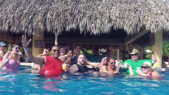 Mr Sanchos Beach Club Cozumel : Swim-up bar.