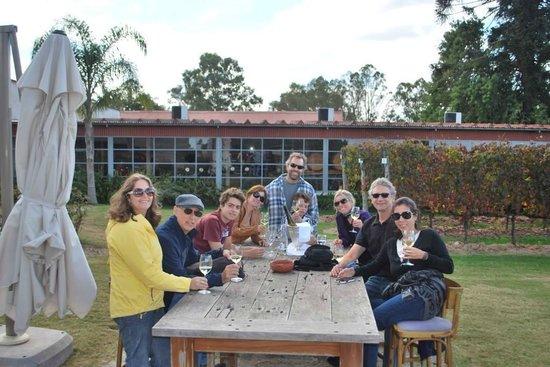 Bodega Bouza: Entre a visita à vinícola e a refeição, brindes no jardim