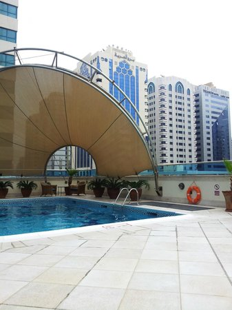 Millennium Corniche Hotel Abu Dhabi : small pool with city view