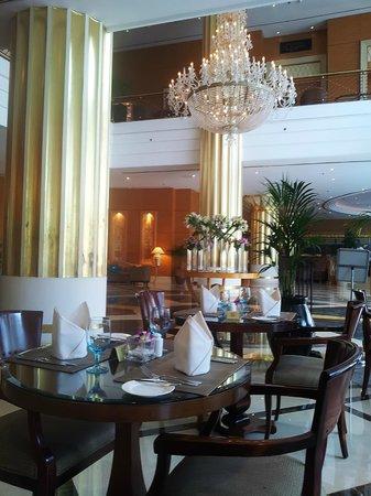 Corniche Hotel Abu Dhabi: restaurant at ground floor. not that good.