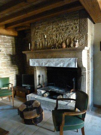 Beaulieu, France : Cheminée dans le salon