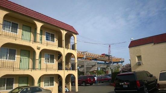 Skyway Inn Hotel: Overpass being built up against hotel