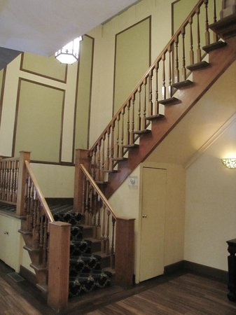 The Hotel Frankfort : Staircase to the upstairs
