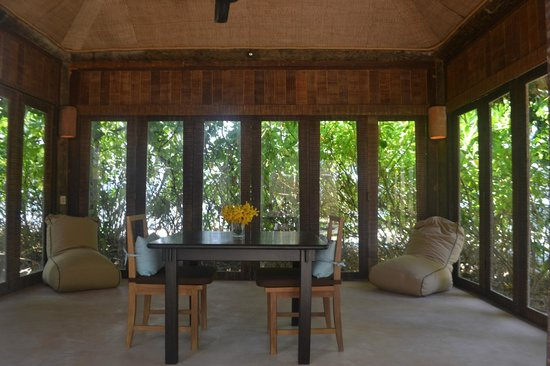 The Naka Island, A Luxury Collection Resort & Spa Phuket : air-conditioned salon of Beachfront Villa