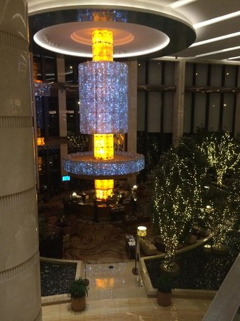 Sheraton Jinan Hotel: Lobby bar from stairway to Chinese restaurant on 2nd floor