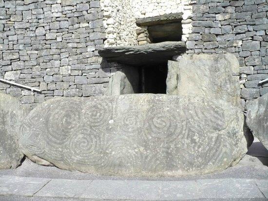Bru na Boinne: Pietra d'entrata con i motivi a spirale.