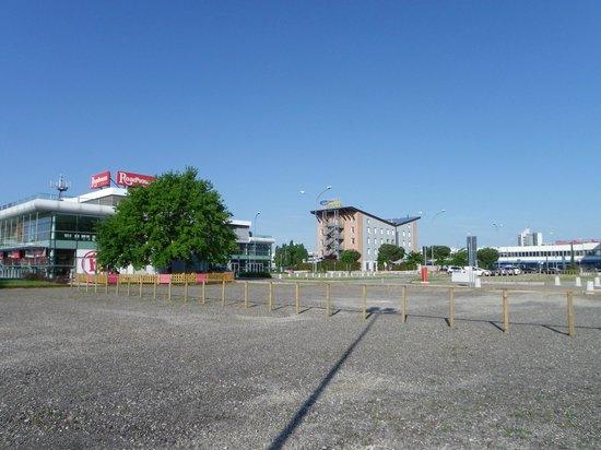 EuroHotel: l'Hotel visto dalla piazza retrostante