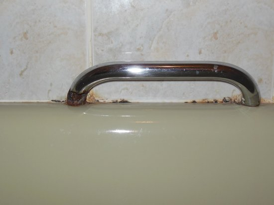 Royal Pier Hotel: Rusted through bath handle