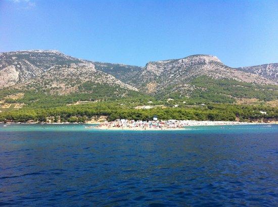 Bol, Croacia: vista da chegada de barco à ilha