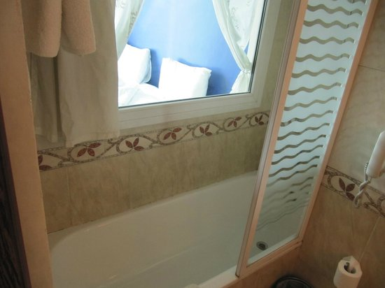 Philae Hotel : Bathroom with window into room (?)