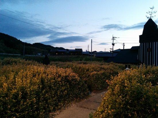 Lamune Onsen Kan : 夕方 建屋の内から庭を撮影