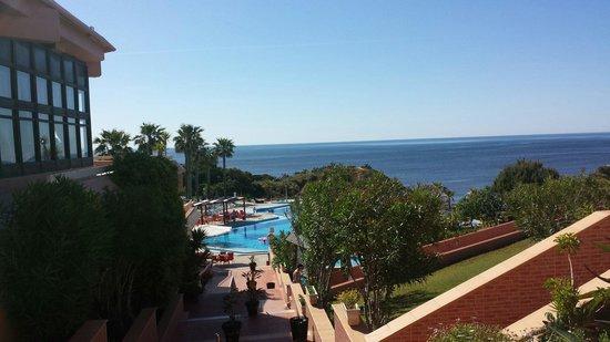 Auramar Beach Resort: Steps down to the pool