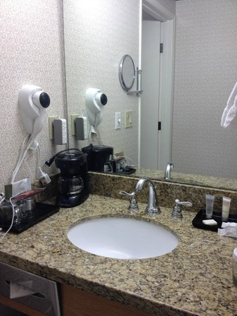 Holiday Motel Winnemucca: sink located just outside bathroom door, makes it convenient for 2 getting ready in the morning