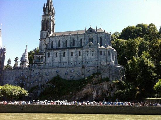 Sanctuaire Notre Dame de Lourdes : Lourdes from the river sides