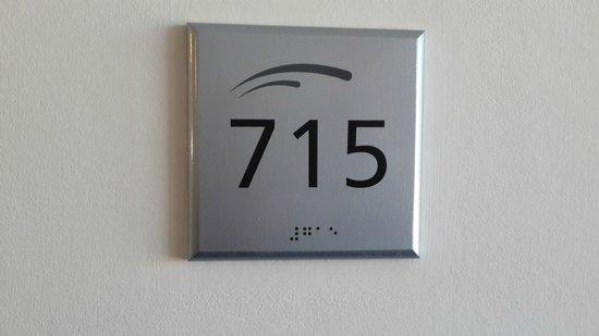 Tower Inn & Suites San Rafael: Bajo el número se observa la escritura Braile que está en toda la cartelería e indicaciones