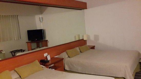 Tower Inn & Suites San Rafael: El dormitorio tiene dos camas matrimoniales (King)