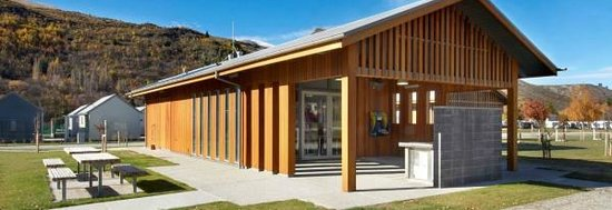 Arrowtown Holiday Park: Modern communal kitchen with shaded BBQ facilities