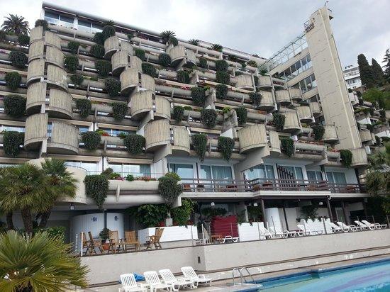 Monte Tauro Hotel: Fachada que dos quartos e varandas com vista para o mar