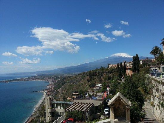 Monte Tauro Hotel: Vista do hotel, mar Egeu e Monte Etna