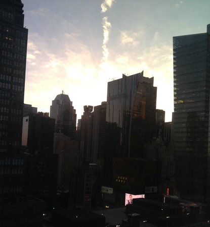 Staybridge Suites Times Square - New York City: L'alba a New York dalla camera vista città (25° piano)