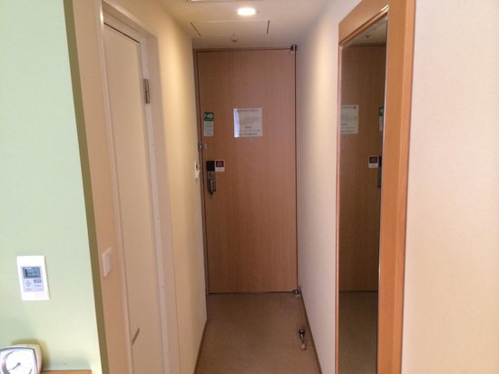 Hotel Sunroute Plaza Shinjuku : entrance with bathroom door on the left