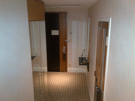 Sofitel Montreal Golden Mile: Entrance hall.. french doors into bathroom.