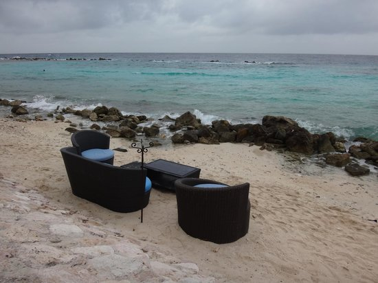 Curacao Marriott Beach Resort & Emerald Casino: Beachfront seating area