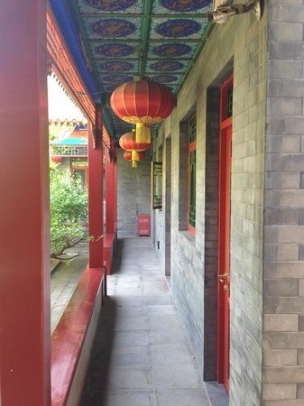 Hotel Cote Cour Beijing : Hallway and rooms open to a central courtyard and koi pond