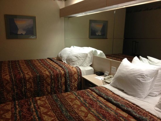 River Canyon Lodge Inn and Suites : our room with 2 queen beds