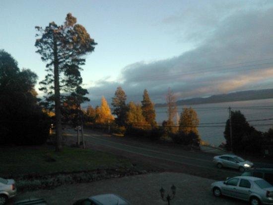 Apart Hotel del Arroyo: amanecer en el lago, desde el balcon de la cabaña