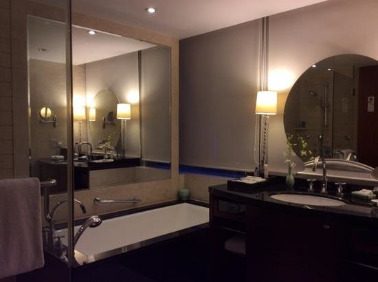 JW Marriott Hotel Shanghai at Tomorrow Square : Bathrom view