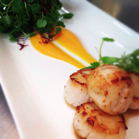 Ye Olde Dun Cow: King Scallops with butternut squash purée and watercress starter.