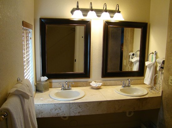 The Lodge On Route 66 : Master bathroom.